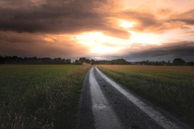 väg mot ljus himmel