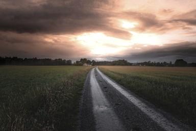 väg mot ljus himmel dämpad